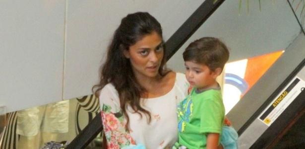 11.jan.2013 - Juliana Paes passeia com o filho Pedro em shopping do Rio de Janeiro