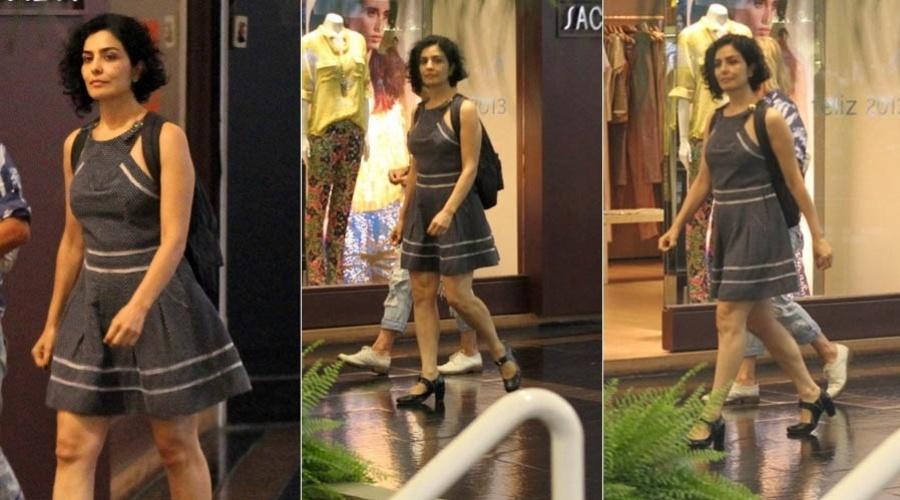 12.1.2013 - Com um vestido curto, a atriz Letícia Sabatella passeia em shopping no Rio