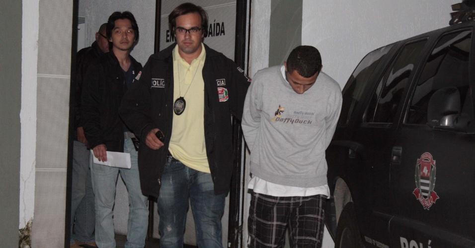 12.jan.2013 - Alex Alcântara de Arruda, 22, suspeito de ter matado a assistente administrativa Daniela Nogueira Oliveira, 25 anos foi transferido na madrugada deste sábado (12); a vítima estava grávida de nove meses