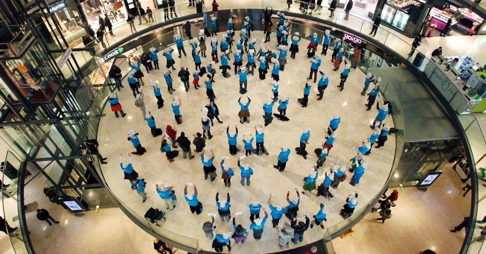 12.jan.2013 - Funcionários da Telefónica, na Espanha, protestam contra demissões em massa ocorridas na empresa