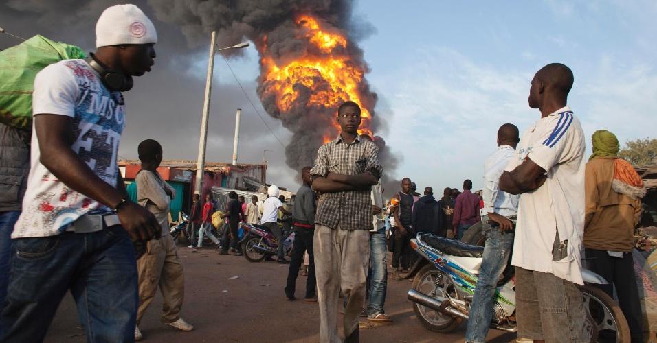 12.jan.2013 - Incêndio em depósito de gasolina atinge mercado na capital de Mali, Bamaco