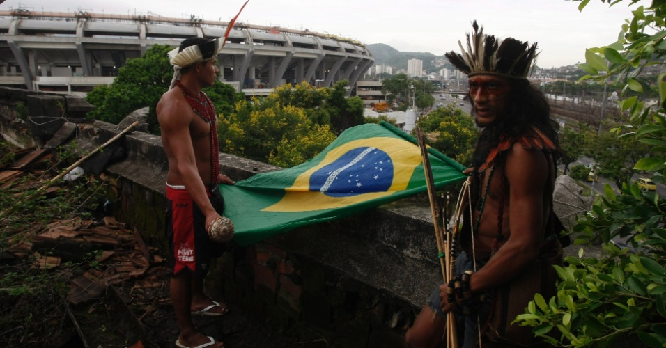 12.jan.2013 - Índios protestam durante desocupação do espaço do Museu do Índio, anexo ao estádio do Maracanã, no Rio de Janeiro, que ocorre hoje
