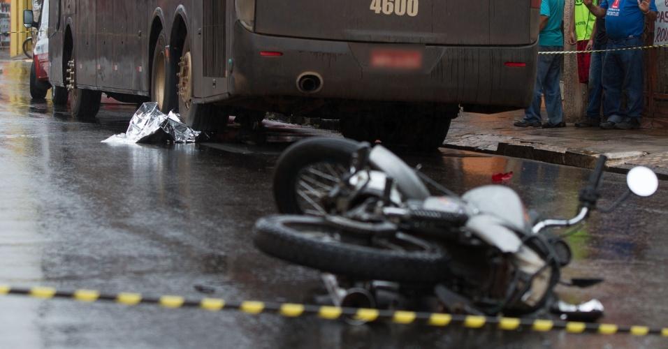 12.jan.2013 - Jovem de 13 anos morre em acidente de moto em Ribeirão Preto (SP); segundo testemunhas, um carro que fugiu do local, bateu na traseira da moto