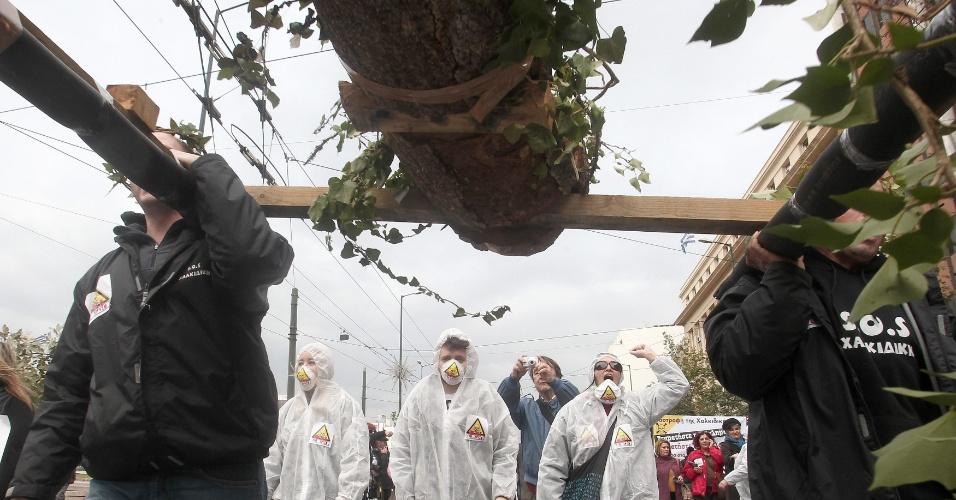 12.jan,2013 - Manifestantes protestam em frente ao Parlamento grego contra a construção de uma mina de ouro no norte do país