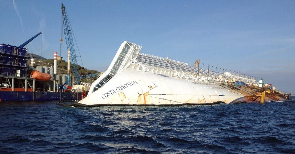 12.jan.2013 - O navio Costa Concordia continua atracado no mesmo local após quase um ano do acidente que deixou 30 mortos e dois desaparecidos na costa italiana
