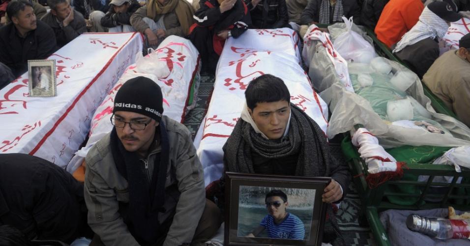 12.jan.2013 - Paquistaneses participam de velório de vítimas de atentado terrorista no país; ataques são considerados os mais violentos desde 2011