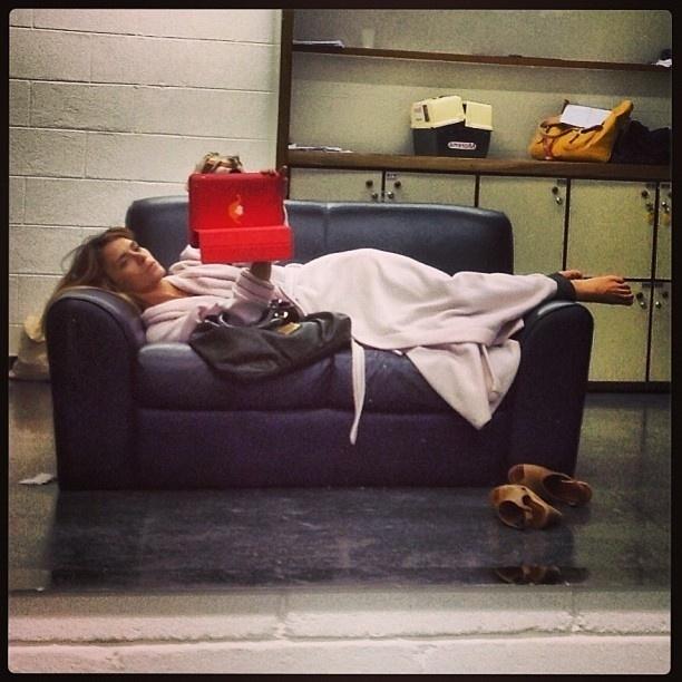 12.jan.2013 - Carolina Dieckmann divulga foto deitada em sofá do Projac