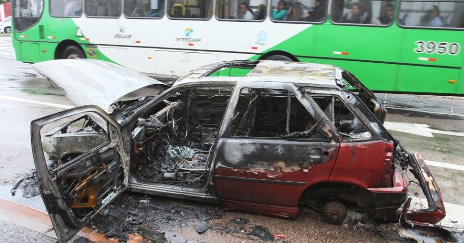 12.jan.2013 - Carro pega fogo em movimento na rua Buarque de Macedo, na região do bairro Taquaral, em Campinas, neste sábado (12).  O motorista conseguiu sair a tempo do veículo, que ficou totalmente destruído
