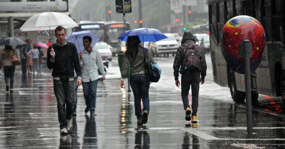 12.jan.2013 - Fina garoa atinge regiões da cidade de São Paulo ao longo deste sábado (12). Os termômetros na região da avenida Paulista (na foto) marcavam 22º C no início da tarde, mas a sensação térmica é menor