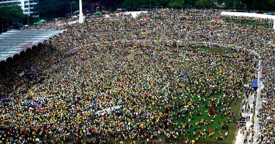 12.jan.2013 - Milhares de pessoas se reúnem no estádio Merkeda, em Kuala Lumpur, Malásia, para um comício do partido de oposição Levante dos Povos. O primeiro-ministro do país, Najib Razak, deve chamar eleições para daqui a três meses, e as especulações são de que o pleito será concorrido