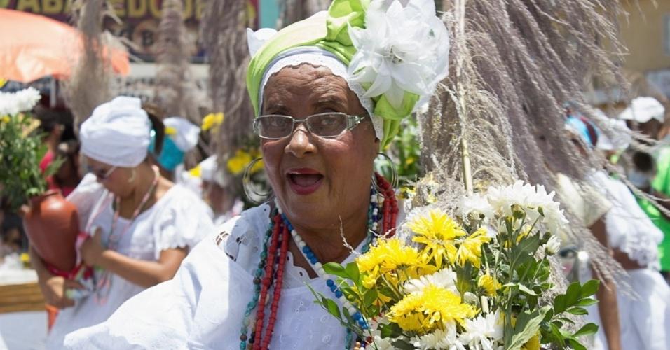 12.jan.2013 - Moradores de Lauro de Freitas, na região metropolitana de Salvador, realizam festa em homenagem ao padroeiro Santo Amaro de Ipitanga, neste sábado(12). O padroeiro é celebrado entre os dias 6 e 15 de janeiro com missa, fanfarras e quermesses nas ruas da cidade