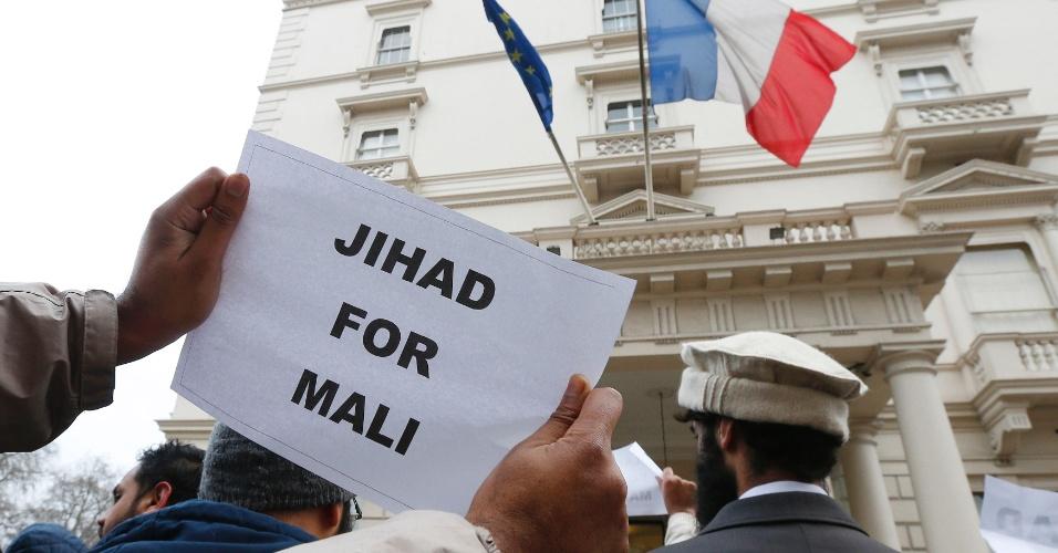 12.jan.2013 - Muçulmanos protestam em frente à embaixada da França em Londres, na Inglaterra, após ação militar francesa contra rebeldes islâmicos no Mali, neste sábado (12)