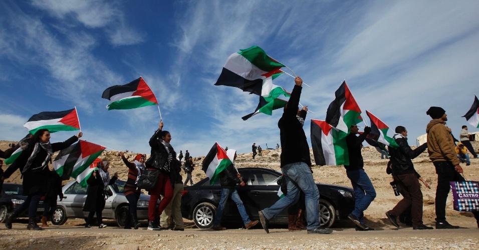 12.jan.2013 - Palestinos protestam contra a desocupação de terreno destinado à construção de colônia israelense em área próxima a Jerusalém, neste sábado (12). Um acampamento palestino foi montado recentemente na zona sensível E1, onde o governo de Israel retomou projeto de colonização na Cisjordânia