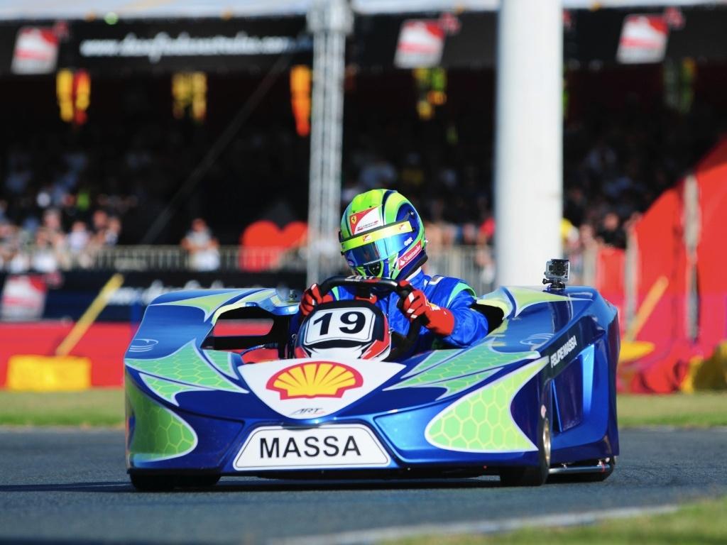 12.jan.2013 - PIloto brasileiro Felipe Massa faz tomada de tempo durante o desafio Internacional das Estrelas de Kart, em SC