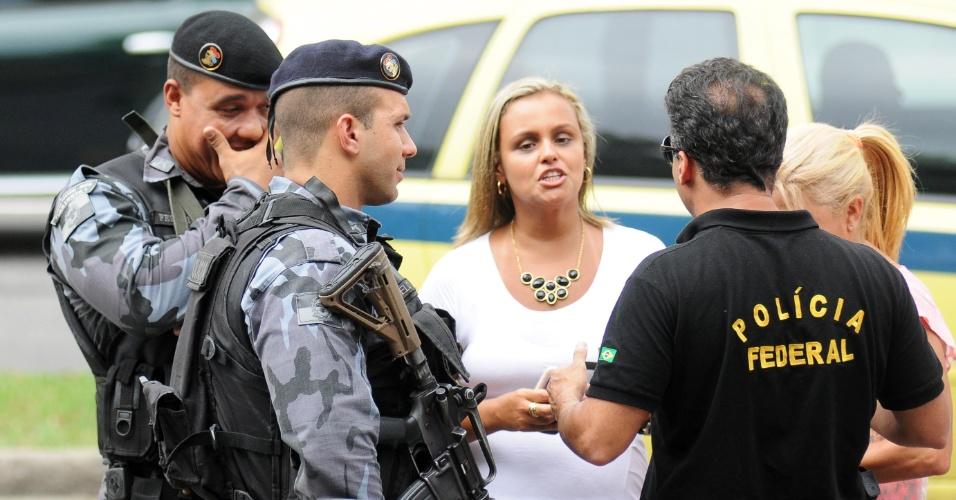 12.jan.2013 - Polícia Federal negocia com a PM solução para a desocupação da aldeia localizada no terreno do Museu do Índio, no Maracanã, zona norte do Rio, neste sábado (12). Índios armados com arcos e flechas prometem resistir à ação da polícia