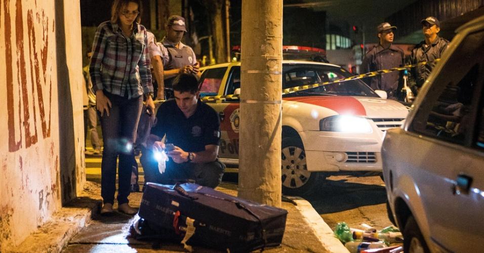 12.jan.2013 - Policiais observam corpo de mulher encontrado esquartejado e guardado dentro de uma mala na rua Alarico Cavalcanti Nunes, no Itaim Paulista, zona leste de São Paulo, neste sábado (12). Ainda não se sabe quem cometeu o crime e nem o motivo. O caso foi registrado no 50° DP (Itaim Paulista) e será investigado pelo DHPP (Departamento de Homicídios e de Proteção à Pessoa)