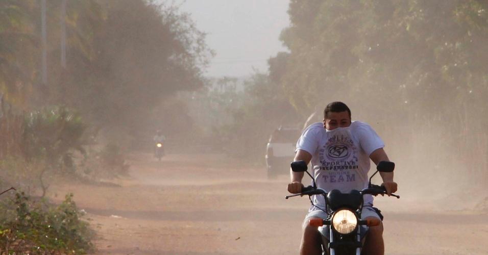 12.jan.2013 - Tempestade de areia pega de surpresa moradores da cidade de Alto do Rodrigues, no Rio Grande do Norte, na tarde deste sábado (12)