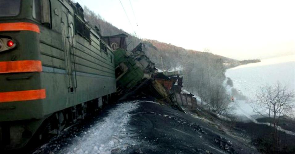 12.jan.2013 - Trens carregados de carvão descarrilam e tombam ao longo da ferrovia Transiberiana, na região de Irkutsk, no centro-sul da Rússia, próximo à Mongólia. Segundo as autoridades, 21 vagões saíram dos trilhos no acidente, que matou dois funcionários que iam a bordo