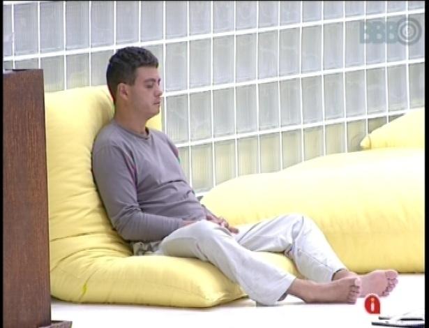 12.jan.2013 - Como de costume, Dhomini foi o primeiro a levantar e começou o sábado meditando no jardim