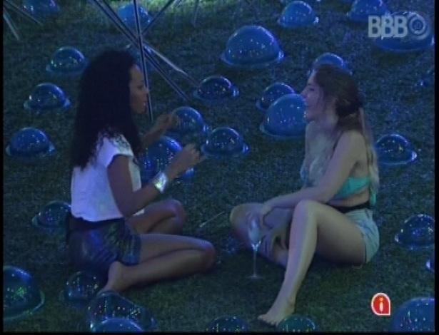 13.jan.2013 - Aline e Anamara conversam durante Festa Espacial