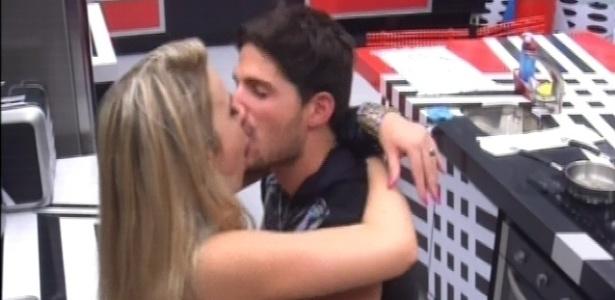 13.jan.2013 - André e Fernanda se beijam após