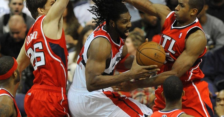 12.jan.2013 - Brasileiro Nenê tenta a infiltração na vitória do Washington Wizards sobre o Atlanta Hawks