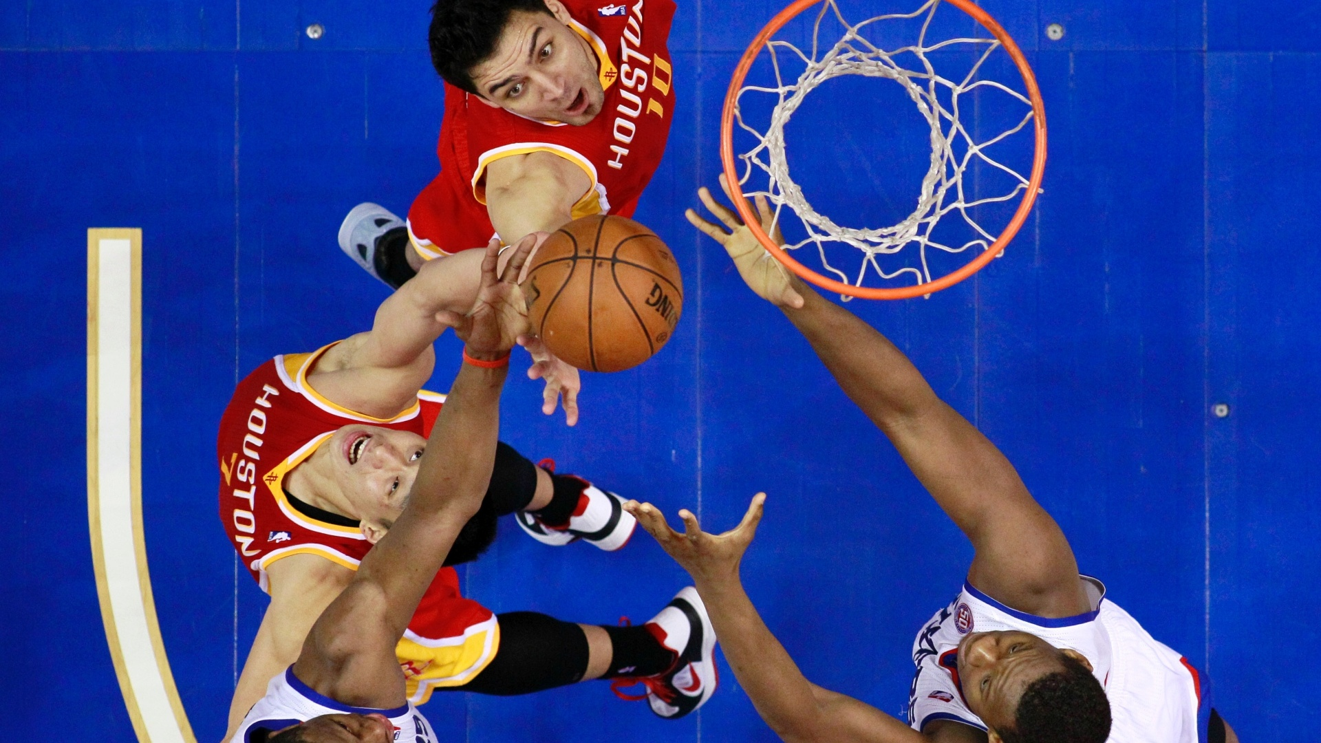 12.jan.2013 - Carlos Delfino e Jeremy Lin, do Houston Rockets, brigam pelo rebote com Thaddeus Young e Lavoy Allen, do Philadelphia 76ers