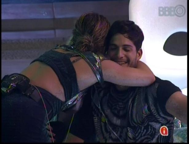 13.jan.2013 - Fani abraça o primeiro casal do