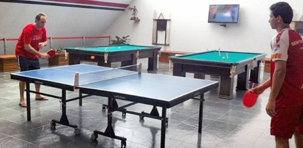 Rogério Ceni e Ganso jogam tênis de mesa em momento de lazer no CT de Cotia