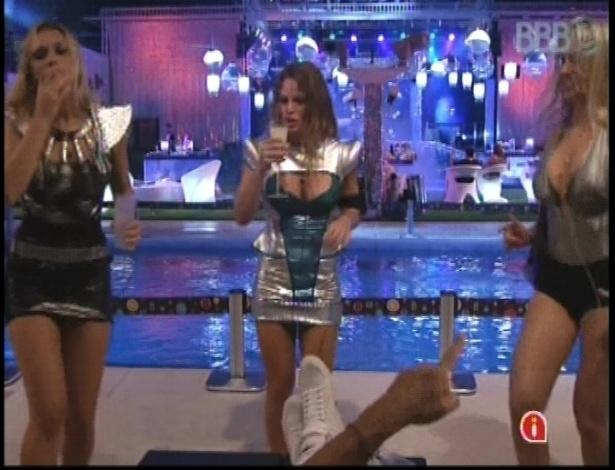 13.jan.2013 - Marien, Natália e Fernanda dançam à beira da piscina