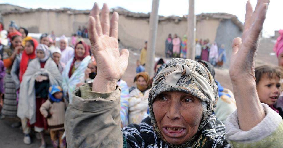 12.jan.2013 - Marroquina participa de cerimônia de entrega de alimentos; o país passa por uma forte crise alimentar devido ao rigoroso inverno que enfrentam