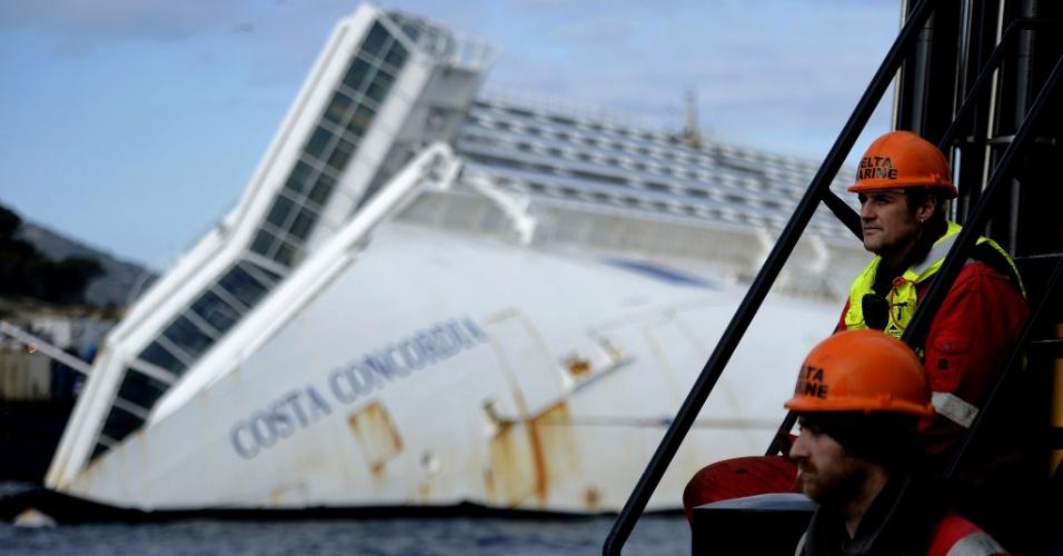 12.jan.2013 - O navio Costa Concordia é visto na ilha de Giglio, na Itália