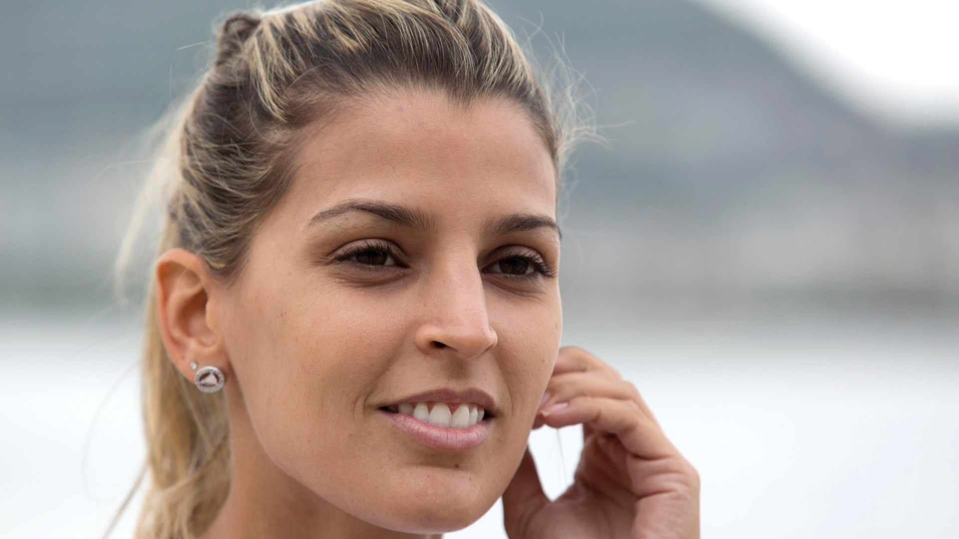 13.jan.2012 - Capa da Playboy de julho de 2012, Mari Paraíba posa para o UOL Esporte após treino de vôlei de praia