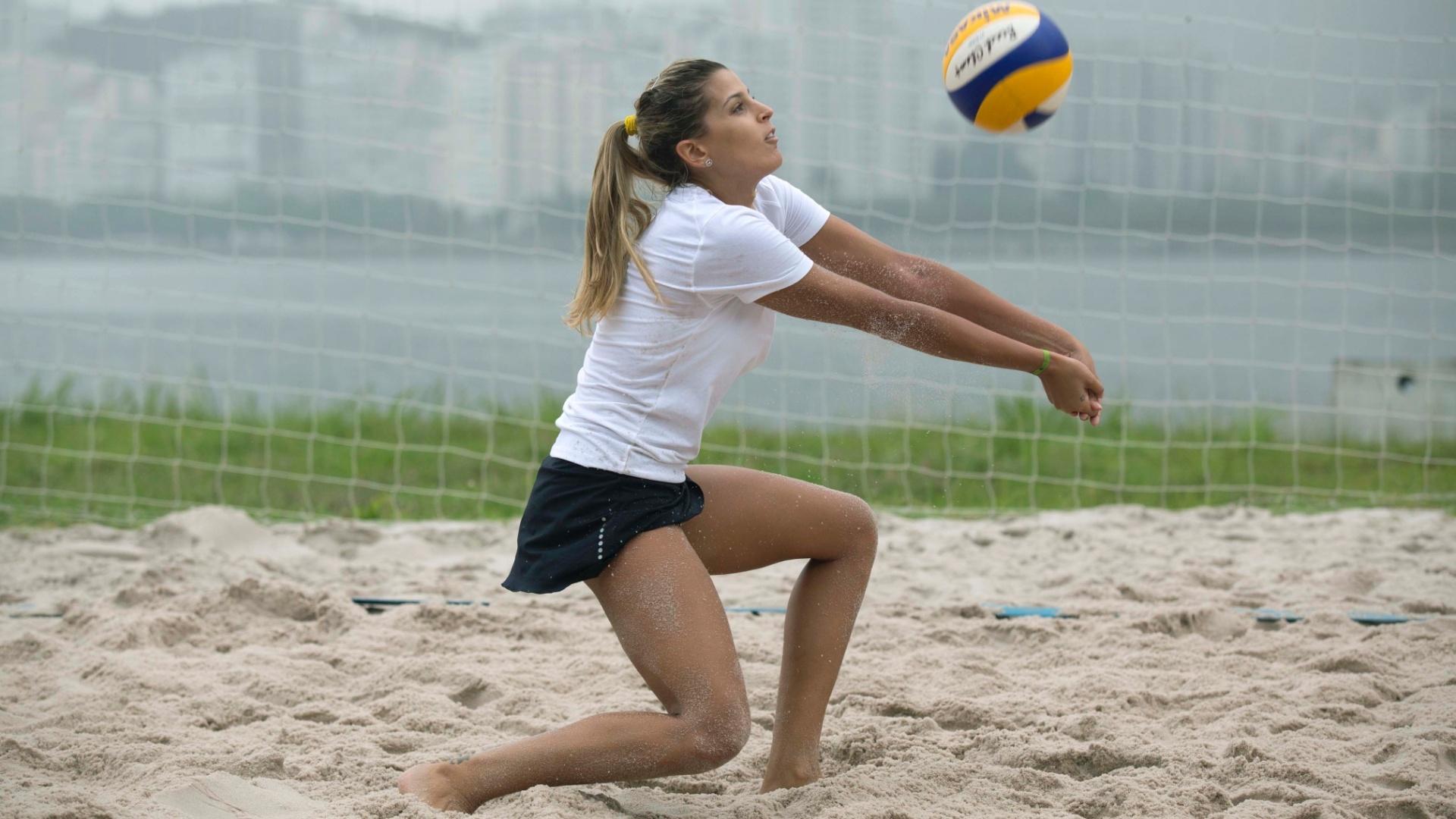 13.jan.2012 - Em treino na Escola de Educação Física do Exército, Mari Paraíba recepciona a bola