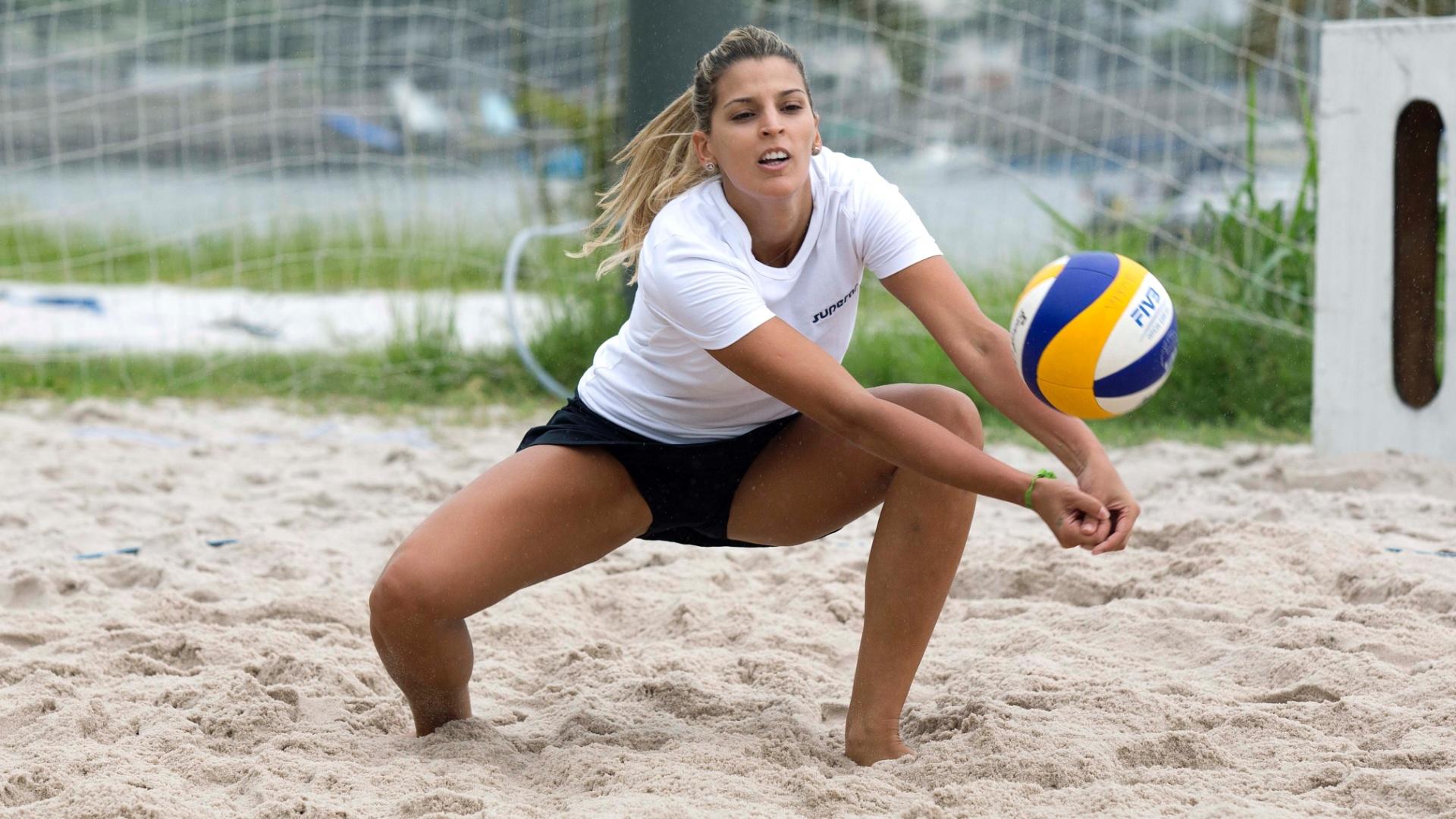 13.jan.2012 - Ex-ponteira, Mari Paraíba realiza treinamento no vôlei de praia no Rio de Janeiro