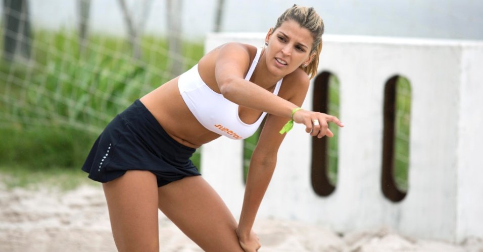 13.jan.2012 - Mari Paraíba gesticula e conversa com seu técnico durante treinamento no Rio de Janeiro