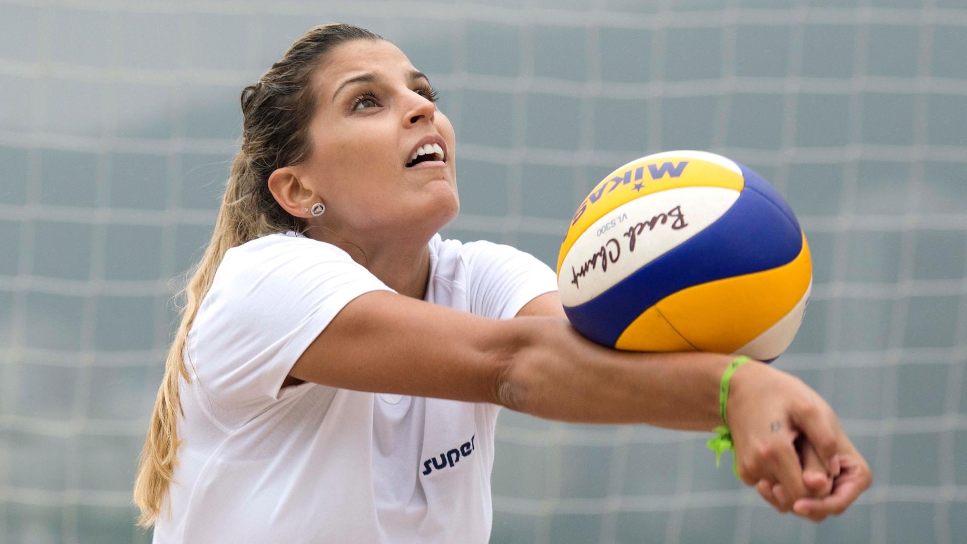 13.jan.2012 - Mari Paraíba treina recepção durante atividade na areia da Escola de Educação Física do Exército