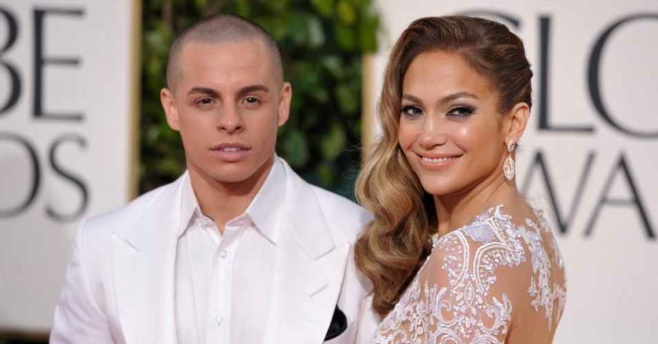 13.jan.2013 - A cantora Jennifer Lopez com o namorado Casper Smart na 70 cerimnia de entrega do Globo de Ouro, em Los Angeles