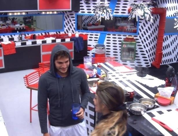 13.jan.2013 - André e Maroca conversam na cozinha. O brother acordou de ressaca depois da Festa Espacial.