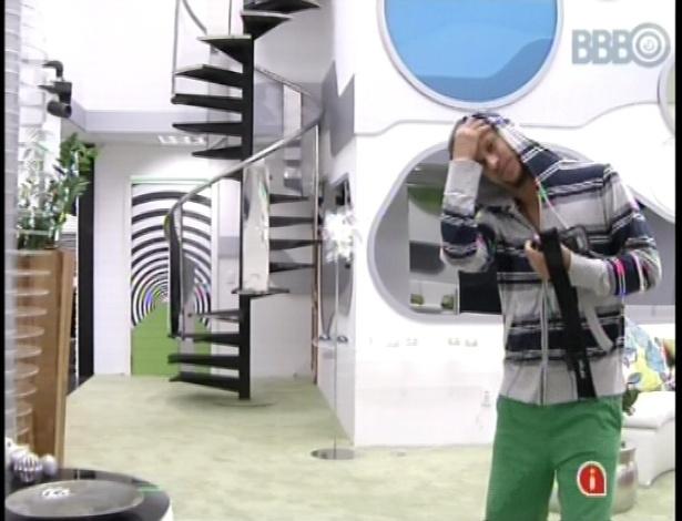 13.jan.2013 - Aslan foi o primeiro a levantar e já dança animado com os clipes na sala do