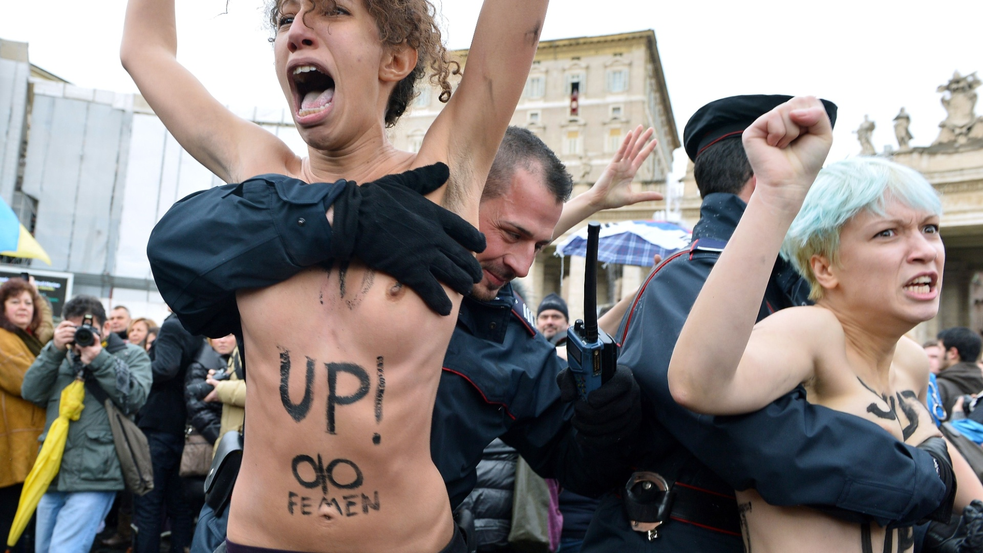 13.jan.2013 - Ativistas ucranianas do grupo Femen protestam seminuas na Praa So Pedro, no Vaticano; frases como 'Nos gays ns acreditamos' estavam pintadas no corpo das manifestantes