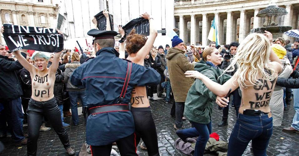 13.jan.2013 - Ativistas ucranianas do grupo Femen protestam seminuas na Praça São Pedro, no Vaticano; frases como 'Nos gays nós acreditamos' estavam pintadas no corpo das manifestantes