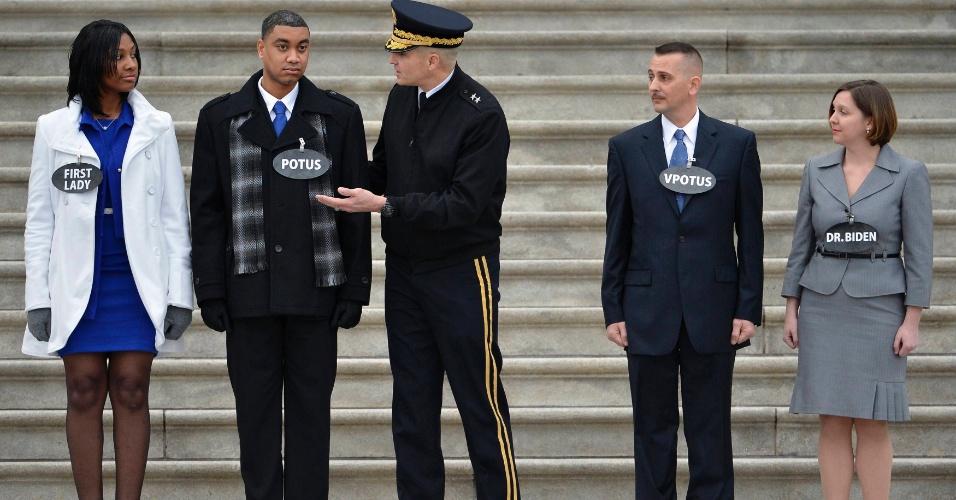 13.jan.2013 - Atores representam Barack e Michelle Obama em ensaio para cerimônia oficial das Forças Armadas dos Estados Unidos