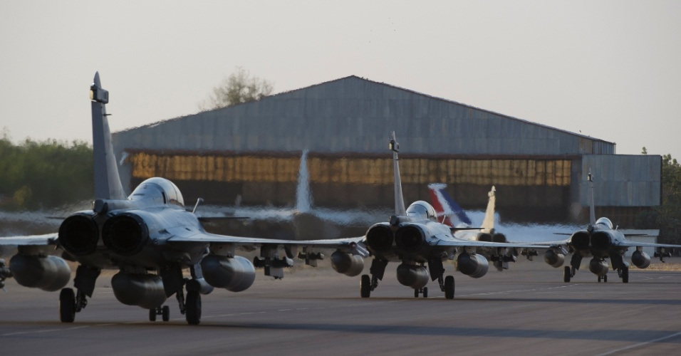 13.jan.2013 - Caças franceses chegam à base aérea em Ndjamena, no Chade, após ofensiva contra o Mali, neste domingo (13). Desde o dia 11 de janeiro, a França está usando o poder aéreo e terrestre em ação conjunta com soldados do Mali contra grupos islâmicos que controlam o norte do país