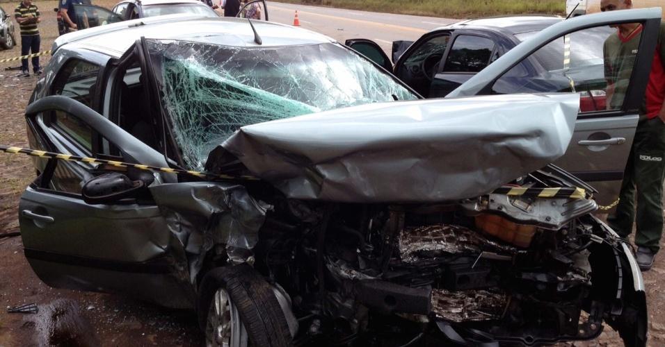 13.jan.2013 - Carro fica destruído após se envolver em acidente com outro veículo na BR-040, em Belo Horizonte (MG). Não há informações sobre vítimas