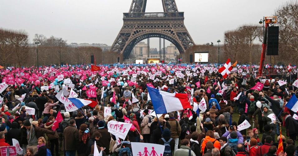 13.jan.2013 - Cerca de 800 mil pessoas se reuniram na praça Champs de Mars, em frente à torre Eiffel, em Paris, para protestar ontra a legalização do casamento homossexual, em uma demonstração de força contra o projeto de lei promovido pelo governo do presidente François Hollande que será submetido ao Parlamento francês no final de janeiro