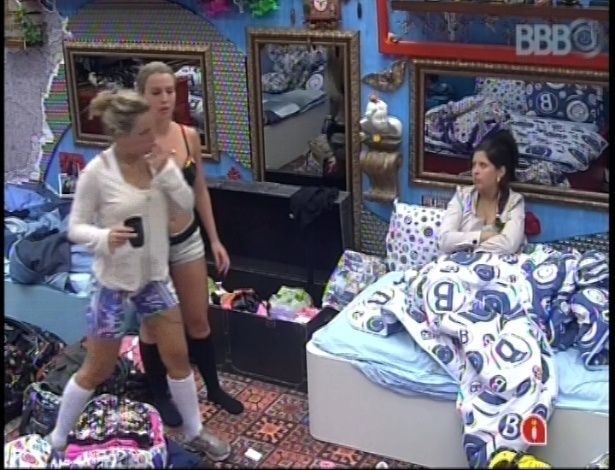 13.jan.2013 - Fernanda, Marien e Andressa conversam sobre Yuri e Andr no quarto Brech