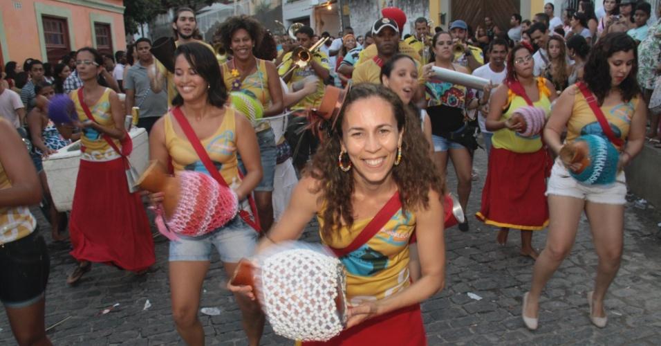 13.jan.2013 - Foliões saem às ruas de Olinda neste domingo (13) de prévia carnavalesca na cidade