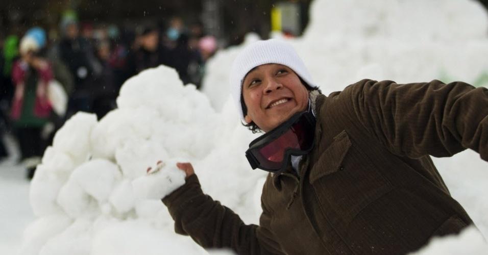 13.jan.2013 - Homem se prepara para arremessar bola de neve durante tentativa oficial de quebrar o recorde mundial de maior luta com bolas de neve, em Seattle (EUA). Organizadores informaram que 5.834 pessoas participaram do evento