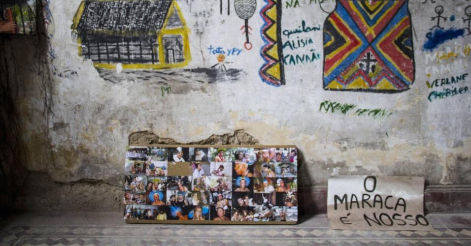 13.jan.2013 - Índios organizaram, neste domingo (13), no antigo Museu do Índio, no Rio de Janeiro, um painel mostrando que pretendem resistir à desocupação do prédio, vizinho ao estádio do Maracanã. O local deve ser demolido para a realização de obras para a Copa do Mundo de 2014. Ontem, policiais do Batalhão de Choque que cercaram o museu à espera de ordem judicial para retirar os índios deixaram o local após protestos dos indígenas